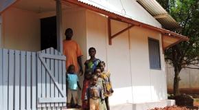 Famille installée dans une maison restaurée